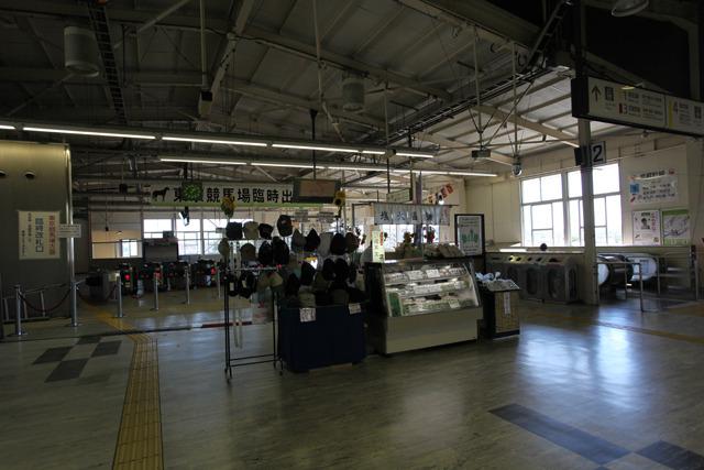広い構内でぽつんと帽子と塩大福が売られている(府中本町駅)