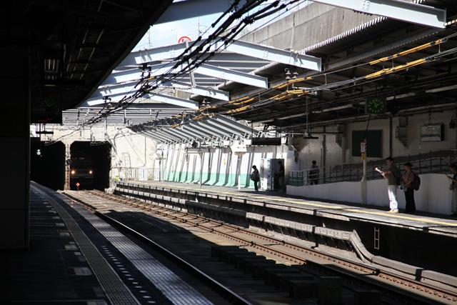 半地下でコンクリートと鉄骨に囲まれたこれぞ武蔵野線の駅(新小平駅)