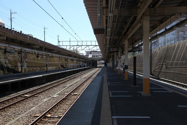 平日昼間は10分以上蝉の声しか聞こえない(東所沢駅)