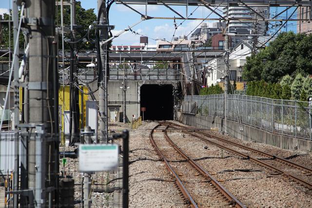 始発駅を出て最初にあるのがトンネルである(府中本町駅)