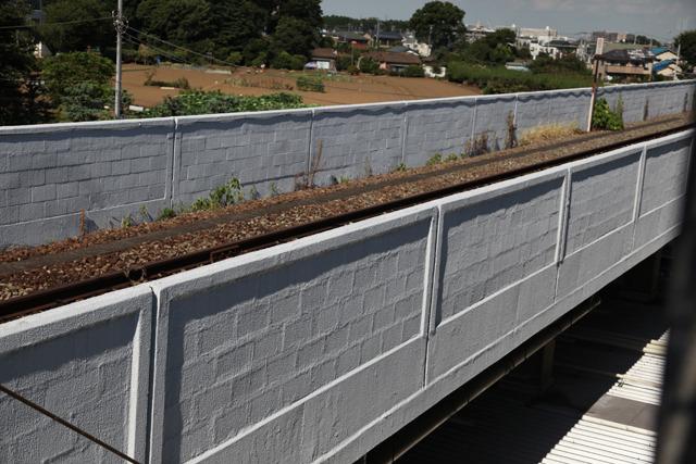 コンクリートだけかと思いきやブロックも使われていた(新座駅)