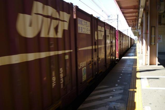 突然貨物列車が高速で通るから注意(北府中駅)