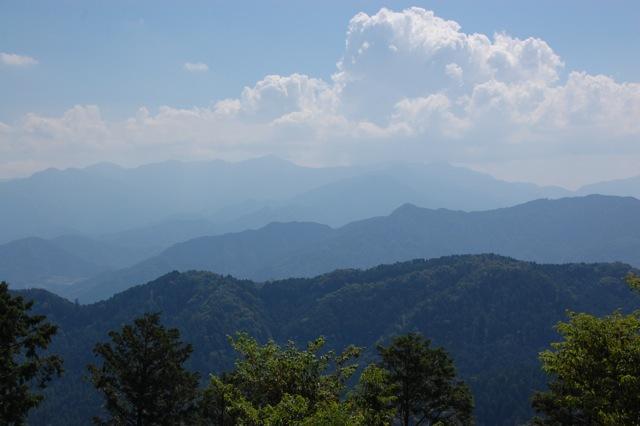 山頂からのぞむ山並み
