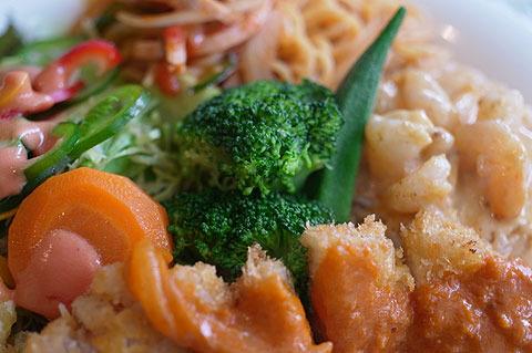 野菜も温野菜・生野菜とたっぷりついてイイ感じ。