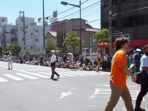 パレードまで2時間以上あるのにすでに沿道の人がすごい