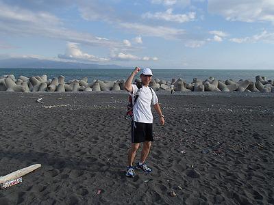 この格好で富士山頂まで走ります。海岸辺りは気温30度ぐらい。頂上は10度以下になります。