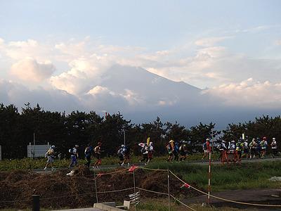 遠くに見える富士山。あの頂上まで走ります。なかなか近づかない。
