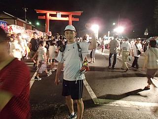 浅間神社では夏祭り中でした。第1チェックポイント。この辺りでスタートから15kmぐらい。まだ都市部。