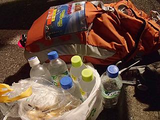 最終のコンビニでは戻ってくるまでの水と食料を調達。水3リットルと食料各種。こんなに持って走る人はあまりいません。