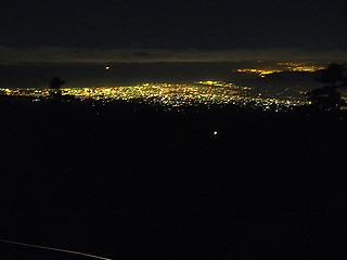 スカイラインから見る街の灯り。あの光の端から走ってきた訳です。