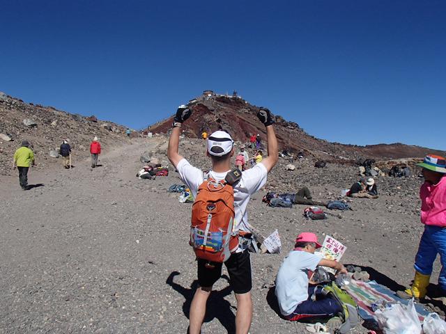頂上到着!でも一番高い所は向こう側に見える剣ヶ峰。そして、この後海まで戻らないといけない。