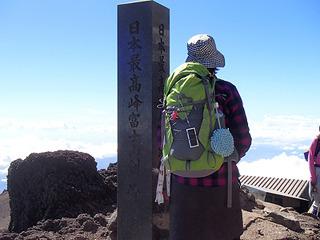 富士山最高峰の石碑に並んでの記念撮影は長い行列が出来ていたので、石碑の撮影のみ。