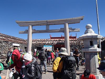 頂上の神社付近は登ってきた人、これから下山する人などが混ざり、この時間でも大勢の人がいる。