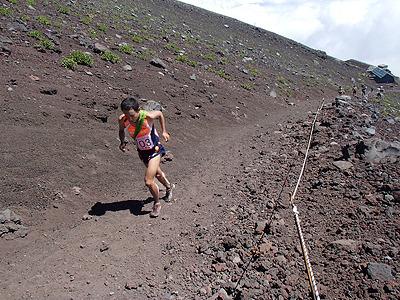 しかも、この日開催されていた富士登山駅伝大会とコースがかぶる。選手が通る時には横に避けてしばし停止。