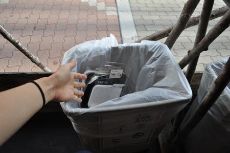 食べ終わったパックは捨てましょう。横に缶のゴミ箱もあり。