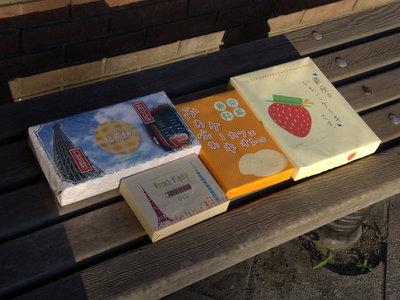長旅でやや紙がくたびれているニセ東京土産たち。
