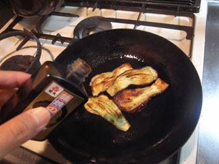 油を敷いたフライパンで焼き色をつけて、そこへ蒲焼きのタレをジュワ~っと…。
