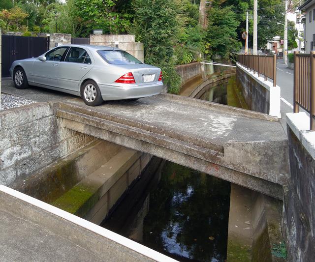 これはなんとすてきなマイ橋。マイにあるまじき重厚で気の利いたコンクリート造り!そし欄干がない。すてき!ほしい!ください!