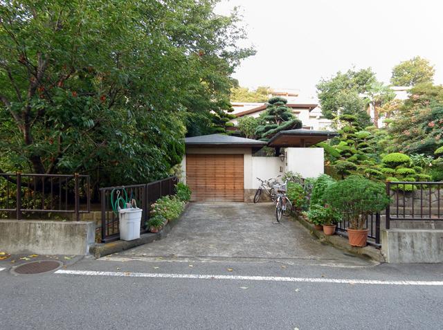 植木とか自転車とか置いちゃって、まるで玄関前の庭のような(実際そうなんだけど)平常心がいい。