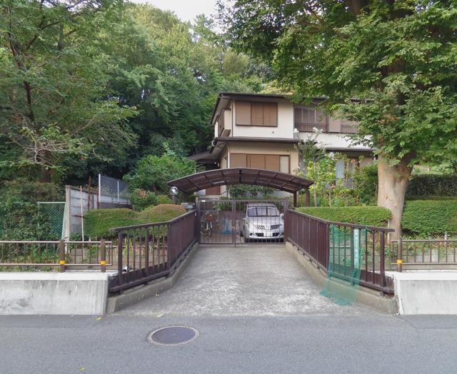 家の後ろが崖。まるで神社かお寺のようだ。