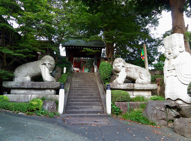 狛犬がでかすぎてこわい(この善養密寺というお寺、珍寺として有名みたいね)。
