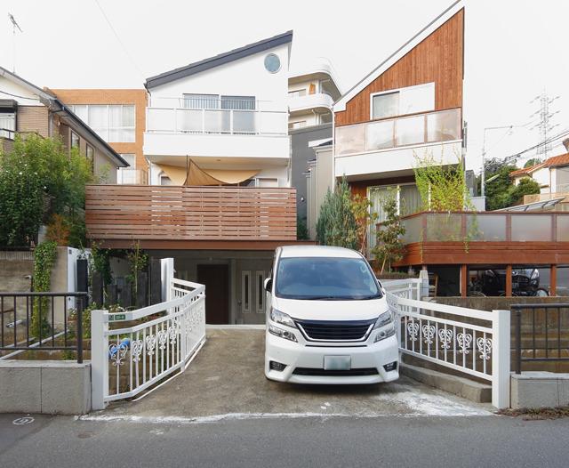 おしゃれハウスに合わせた欄干デザインがすてき。そして、車庫代わり。