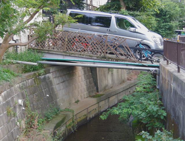 駐輪+駐車。この「自分ち感」がいい。橋なのに。