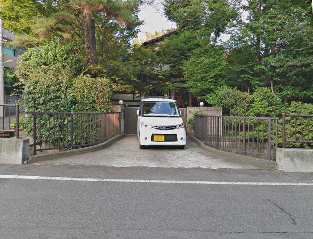 豪邸は橋が終わったところに門を置く傾向があることが分かった。その前に駐車しているこの車は訪問者のものだろうか。それにしてもこのマイ橋の末広がりっぷりはすてきだ。