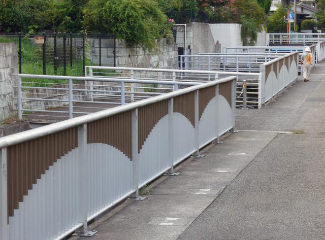 いかにもマイ橋らしい連続っぷり!過剰な高さの欄干とお役所っぽいデザインは残念だが。