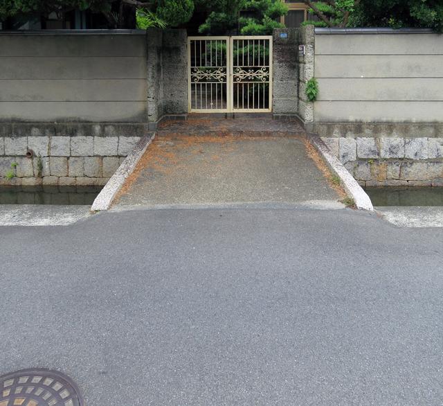 石積みと塀、そして門扉のエレガントさによく合ったキュートなマイ橋!いいなあ。