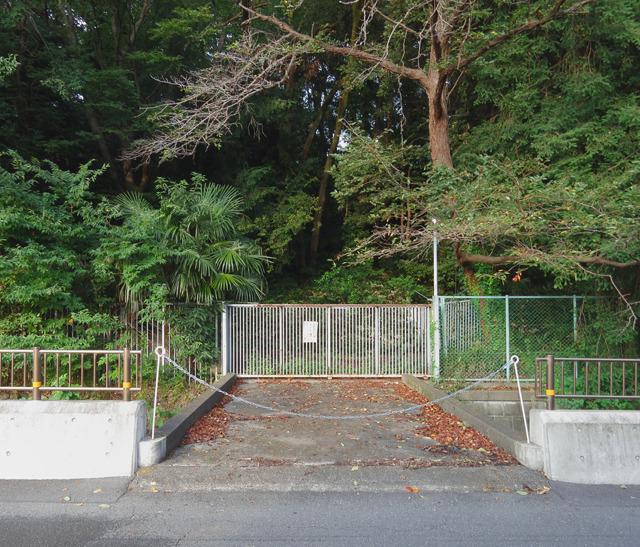 この荒れたままの土地を買えばもれなくマイ橋がついてくるのかなー。お金持ちになったら買いに来よう。