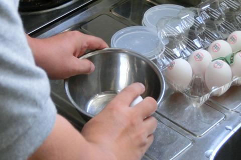 まずは卵の下準備