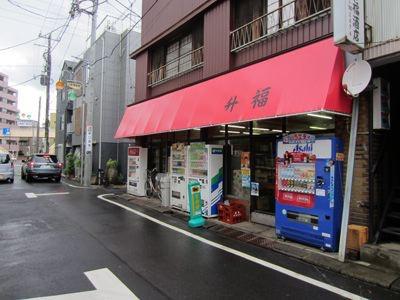 うわ、この酒屋は見覚えがある。お酒のオマケのコップを、100円で売っている酒屋だ。中に入ってみたら、今もオマケのコップを売っていた。