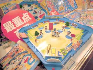 メーカーのブースでは復刻おもちゃの代名詞、野球盤も大きなスペースで展開。ドラえもんのキャラが空き地で野球……!