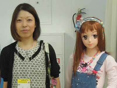 眉間のほくろの除去手術を行うも根深く残りいまだにほくろから解放されない編集部 古賀及子(左)