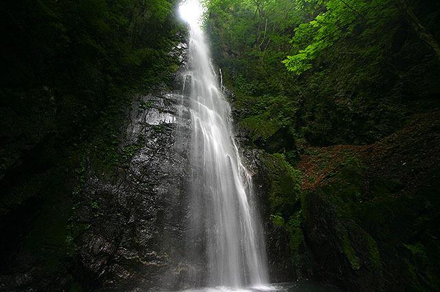 百尋の滝。凄い風と水しぶきでかなり涼しい。