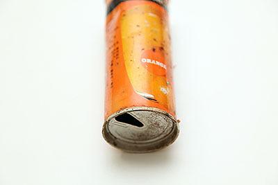 果肉を沈殿させるためか、飲み口が缶の下に付いている。