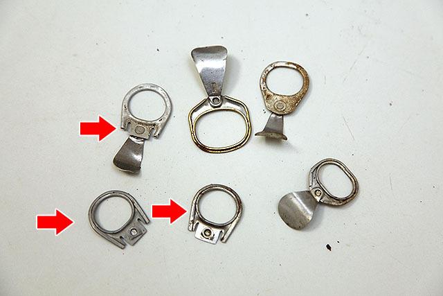 矢印で示したようなタイプだと、金属のベロ部分に引っかけて飛ばす遊びが出来る。