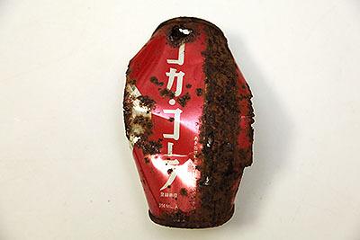 裏側はダサくコカ・コーラと片仮名で大きく書かれている。