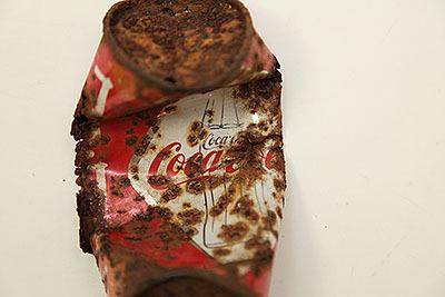 瓶の絵が缶に描かれている。