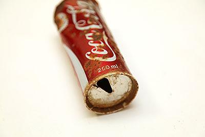 コーラの場合は飲み口を下にする合理的理由が無い。工場ラインの都合か?