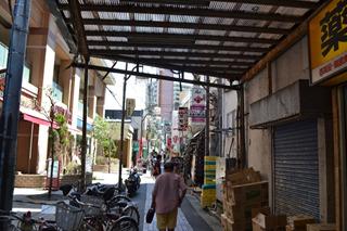 古くて細い商店街をすすむ
