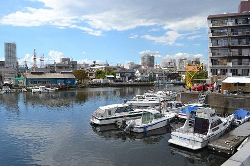 海老川の河口付近ではボートや小舟がたくさん係留されている