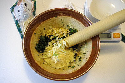 松の実、チーズ、にんにく、オリーブオイルを加えて混ぜ、