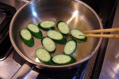 ズッキーニを焼きます。(きゅうりで代用)