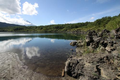 溶岩に縁取られた西湖