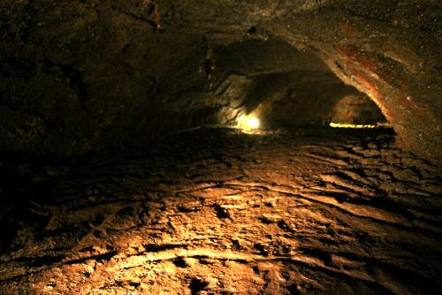 しかし、石灰質の鍾乳洞とは随分違うものだ