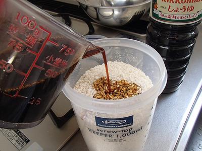 この時は麹を400g使ったので、醤油は600ml。最終的に800ml近くの醤油を使用しました。