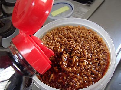 麹が醤油を吸って膨らんでくるので、容器は作る量よりも十分大きい物を使ってください。これはギリギリの量だった。
