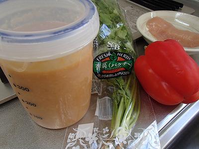 パクチー、パプリカ、鶏ささみ、水菜。そこへナンプラー麹。